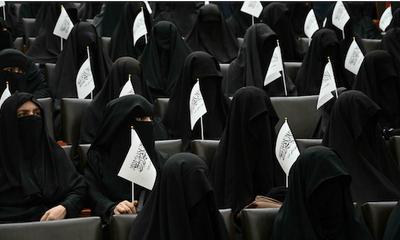 Phụ nữ Afghanistan bịt kín mặt ngồi ở giảng đường đại học, dấy lên lo ngại về lời hứa
