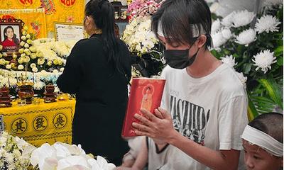 Nghệ sĩ Hồng Vân cùng đồng nghiệp lặng lẽ đến tiễn biệt cố ca sĩ Phi Nhung