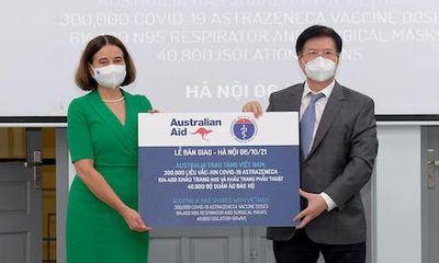 Bộ Y tế tiếp nhận 300.000 liều vaccine AstraZeneca và trang thiết bị chống dịch từ Australia