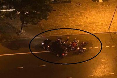 Xúc động khoảnh khắc ô tô dừng lại chắn gió cho loạt xe máy trong cơn mưa lớn