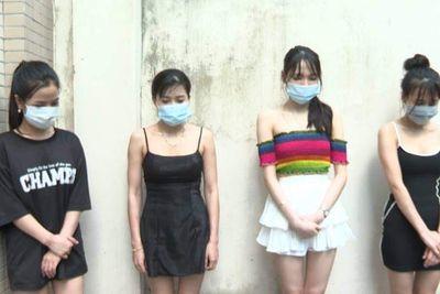 """Hà Nội: Phát hiện 20 nữ tiếp viên ăn mặc """"mát mẻ"""" thác loạn cùng """"quý ông"""" trong quán karaoke """"chui"""""""