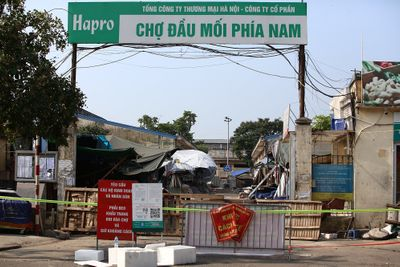 Tiểu thương bán trứng dương tínhSARS-CoV-2, phong tỏa chợ đầu mối phía Nam Hà Nội