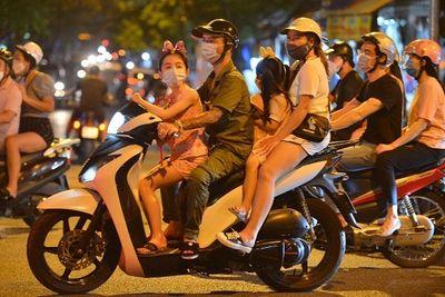 Phố cổ Hà Nội ùn tắc, nhiều người đổ ra đường mua sắm, vui chơi Tết Trung thu