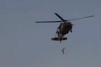 Tin thế giới - Xôn xao hình ảnh một người bị treo trên trực thăng ở Afghanistan, sự thật là gì?