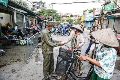 Hà Nội: Chợ dân sinh đầu tiên phát thẻ đi chợ theo ngày, giờ cho người dân