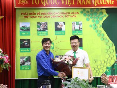 Tài xế taxi cứu cô gái nhảy cầu tự tử ở Thanh Hóa được trao Huy hiệu Tuổi trẻ dũng cảm