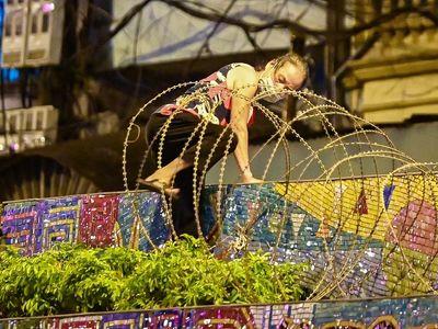 Hà Nội: Người dân luồn dây thép gai, trèo ra khỏi khu phong tỏa trong đêm