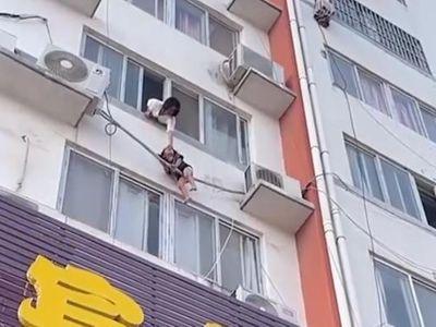 """Lao đến cửa sổ sau tiếng tri hô, mẹ tuyệt vọng kêu cứu khi thấy con trong cảnh """"ngàn cân treo sợi tóc"""""""