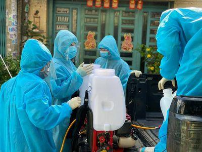 """Xúc động lời tâm sự của """"chiến binh áo xanh"""" nhỏ tuổi nhất đội khử khuẩn ở TP.HCM"""