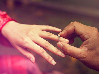 """Rút nhẫn định cầu hôn bạn gái, anh chàng """"quay xe"""" ngay tức khắc chỉ vì một câu hét của mẹ"""