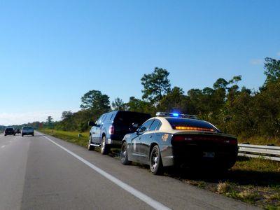 Kiểm tra ngẫu nhiên chiếc ô tô trên phố, cảnh sát phát hiện manh mối vạch trần tội ác khó dung thứ