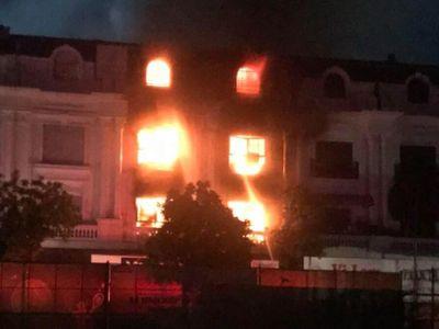 Hà Nội: Cửa hàng quần áo cháy dữ dội trong đêm, khói bốc cao hàng chục mét