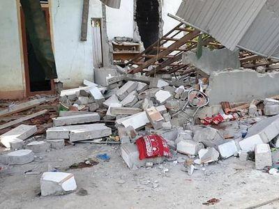 Tường đổ sập trong lúc tháo dỡ nhà ở Nghệ An, 2 người thương vong