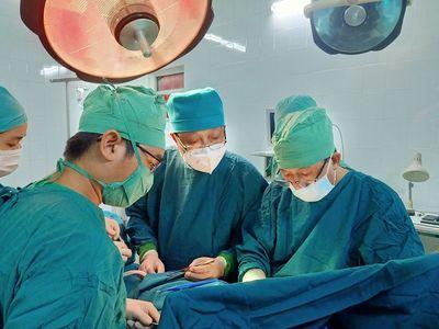 Tin tức đời sống ngày 16/10: Cứu sống bệnh nhân bị cành cây dài 30cm đâm vào cổ