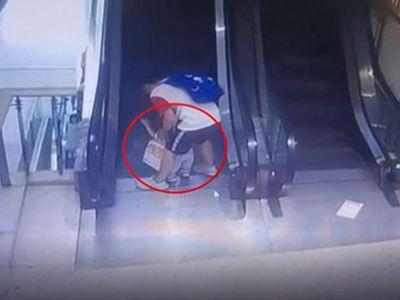 Mải buộc dây giày, bố sơ ý để con trai 1 tuổi kẹt vào thang cuốn gây hậu quả đau đớn
