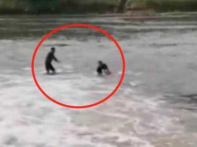 Cứu người đuối nước, người đàn ông bưng mặt khóc oà khóc khi nhìn rõ nạn nhân