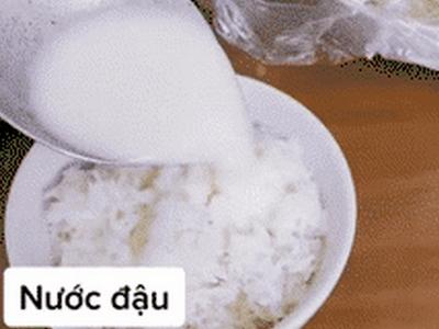 Chàng trai gây bất ngờ vì món cơm chan nước đậu, hóa ra lại là món ăn tuổi thơ của nhiều người