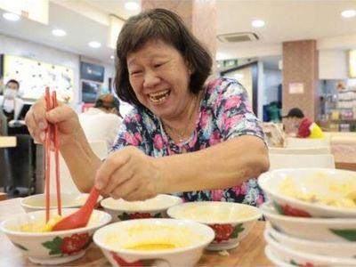 Ăn liền 10 tô mì trước lệnh giãn cách, người phụ nữ còn đặt mua một thứ khiến chủ quán sốc nặng