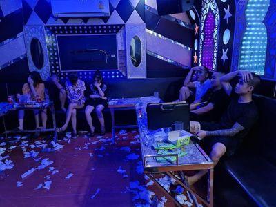 Uống rượu say, chủ quán karaoke rủ bạn đến