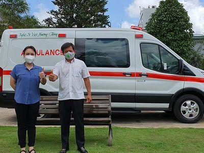 Việt Hương chính thức bàn giao xe cứu thương 2.5 tỷ cho ông Đoàn Ngọc Hải