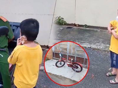 Bị bắt gặp chạy xe đạp đi đá banh, cậu nhóc có màn khai báo thật thà khiến chiến sĩ công an dở khóc dở cười