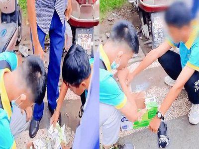 Hai nam sinh cố uống hết thùng sữa trước cổng trường, dân mạng lên án gay gắt nội quy vô lý