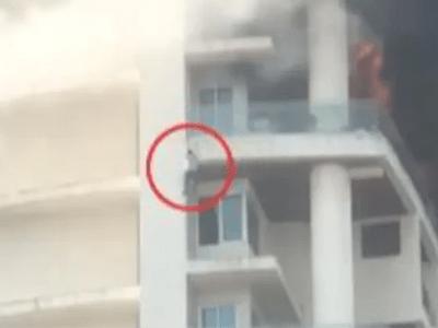 Clip: Chờ được giải cứu khỏi đám cháy, người đàn ông kiệt sức rơi thẳng từ tầng 19