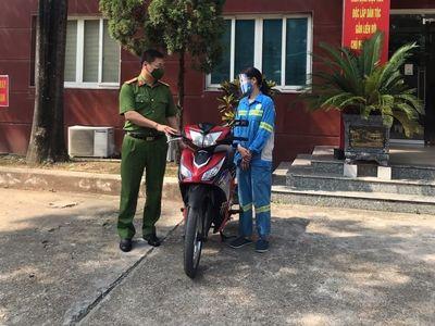 Hà Nội: Công an tặng xe máy mới cho nữ công nhân vệ sinh mội trường bị cướp trong đêm