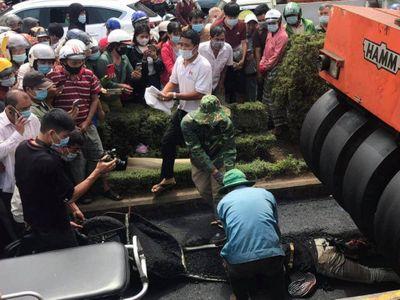 Nữ công nhân bị xe lù đè tử vong, thi thể mắc kẹt dưới gầm
