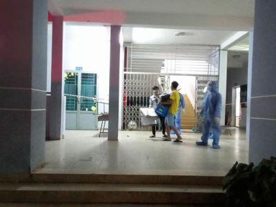 2 bệnh nhân mắc COVID-19 dùng dao đe dọa, tấn công cán bộ y tế