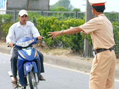 Người đi xe máy không đội mũ bảo hiểm có thể bị phạt tới 600.000 đồng