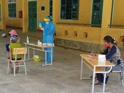 Quảng Trị: Gần 100 học sinh, giáo viên phải ngủ qua đêm tại trường chờ kết quả xét nghiệm COVID-19