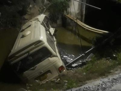 Ô tô đầu kéo tông văng xe khách xuống sông ở Hưng Yên, 7 người thương vong