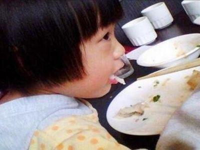 Bé gái 5 tuổi bị học xương cá, bác sĩ khen ngợi 3 việc làm của mẹ đã cứu con