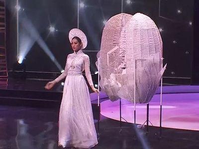 Hoa hậu Hoàn Vũ 2018 Catriona Gray bị chỉ trích vì đưa ra lựa chọn sau phần thi quốc phục
