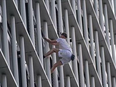 Thanh niên 21 tuổi tay không leo tòa nhà 36 tầng trong vòng 30 phút ở Anh
