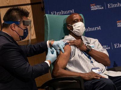 Lý gì khiến WHO kêu gọi các nước giàu tạm ngưng tiêm mũi vaccine ngừa COVID-19 thứ 3?