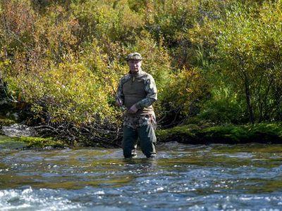 Tổng thống Putin băng rừng, lội suối câu cá ở Siberia sau thời gian cách ly do COVID-19