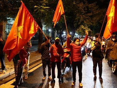 Người dân Hà Nội xuống đường giữa đêm mừng bệnh viện Việt Đức gỡ bỏ phong tỏa
