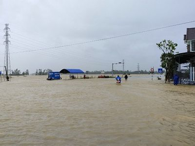 Hình ảnh nước lũ ngập ngang lưng, đường biến thành sông sau trận mưa như trút ở Quảng Nam
