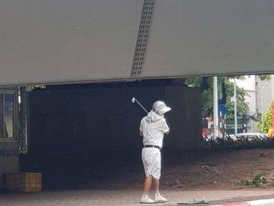 Hà Nội: Cụ ông 65 tuổi mang gậy ra đánh golf ở gầm cầu vượt giữa lúc giãn cách