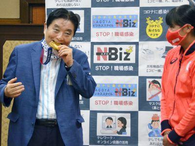 Cắn huy chương vàng của VĐV Olympic, quan chức Nhật Bản bị chỉ trích gay gắt