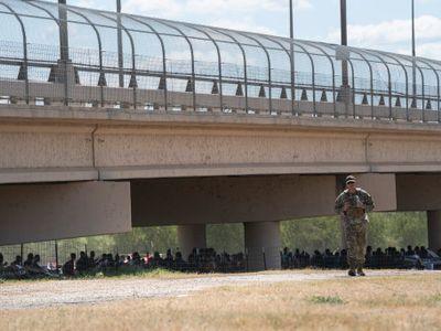Chấn động hình ảnh hơn 8.000 người di cư ngồi dưới gầm cầu đợi cơ hội được vào Mỹ