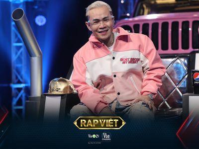 Rap Việt mùa 2: Binz gây tranh cãi với hành động 'nhạy cảm' ngay trên sóng truyền hình