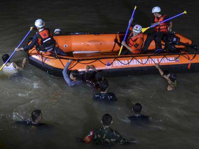 21 học sinh trượt ngã xuống sông trong lúc dọn rác, 11 em tử vong