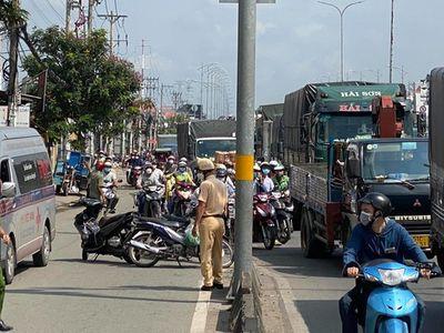 Tin tức tai nạn giao thông mới ngày 24/10: Xe máy va chạm với xe đầu kéo, một thanh niên tử vong