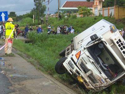 Tin tức tai nạn giao thông mới ngày 27/10: Ô tô đông lạnh lao vào lề đường, đâm trúng người đang dắt bộ xe máy