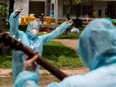 Xúc động nhóm nghệ sĩ mang tiếng hát và yêu thương tới bệnh viện dã chiến số 4 tại TP.HCM