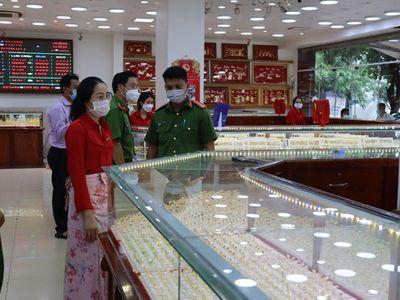 Video: Điều tra vụ nữ nhân viên lấy trộm 2.380 chiếc nhẫn vàng ở Bình Phước