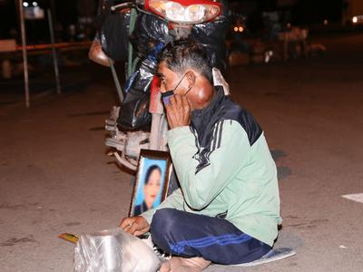 Vợ mất vì COVID-19, chồng nghèo ngậm ngùi gửi tro cốt, ôm di ảnh về quê